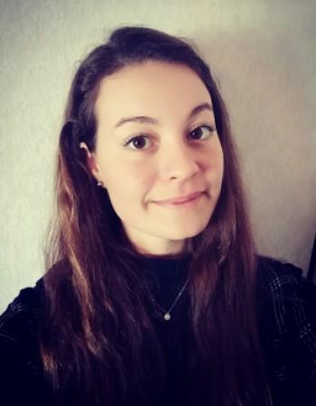 Étudiante française, je donne des cours de français en ligne.  À l'université en Espagne depuis 2 ans, je donne aussi des cours d'espagnol en ligne.